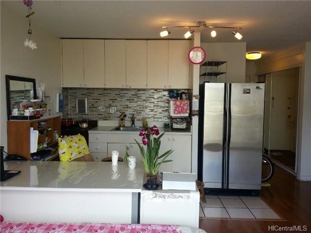 Holiday Manor condo #915, Honolulu, Hawaii - photo 1 of 17